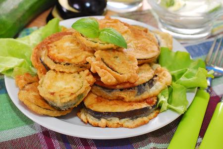 berenjena: berenjena y calabacín rebanadas fritas en pasta para el almuerzo Foto de archivo