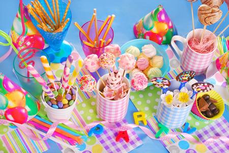 compleanno colorato tavolo festa con dolci fatti in casa per i bambini vista dall'alto Archivio Fotografico