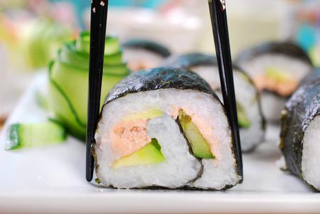 maki sushi: japonais rouleaux maki sushi au saumon, concombre et avocat frais
