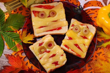 niños desayunando: bocadillos divertidos con la momia para la fiesta de halloween