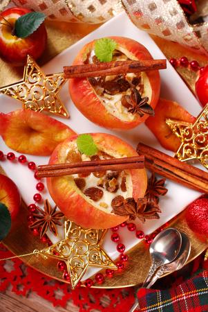 comida de navidad: manzanas al horno rellenas con queso, semillas de amapola, miel, nueces y pasas de uva para la vista navidad postre-top