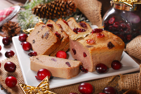 higado de pollo: paté de oca casero con arándanos en la placa para la Navidad Foto de archivo