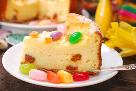 homemade cheesecake with raisins and egg shaped candies decoration for easter on wooden table Banque d'images