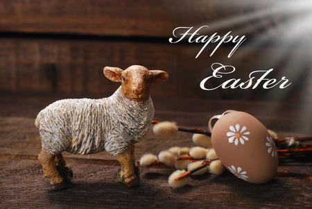 pasen schaap: Pasen decoratie met klei lamsvlees beeldje en ei op houten achtergrond