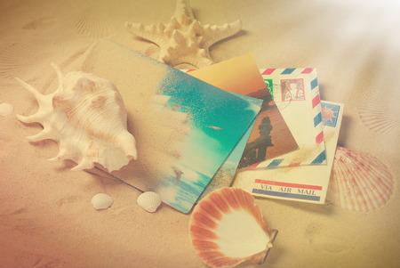 从暑假的老信件和明信片说谎在与壳的沙子在葡萄酒样式