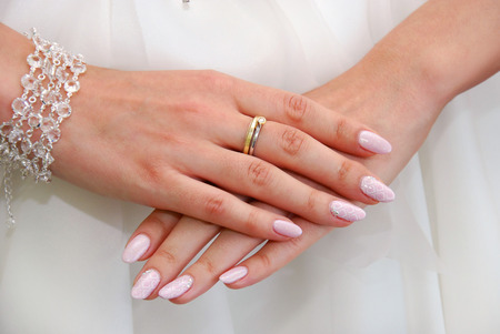 hand hold: hands of bride with engagement ring on finger before wedding Stock Photo