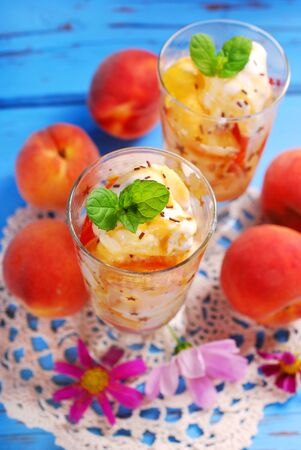 decoracion mesas: two glasses of peach and vanilla ice cream with caramel sauce and mint