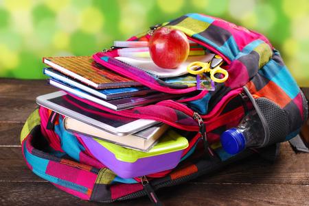 kleurrijke rugzak met diverse scholen apparatuur klaar voor school Stockfoto