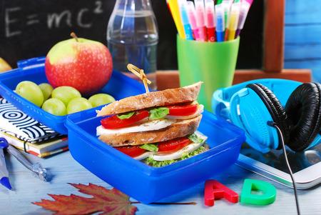 brochetas de frutas: el desayuno para la escuela con sándwich caprese capas en lonchera azul