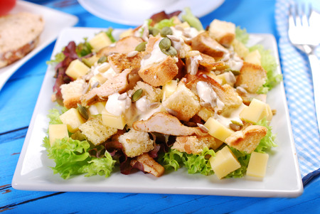 ensalada cesar: plate of ceasar salad with grilled chicken, cheese,croutons ,lettuce and garlic sauce Foto de archivo