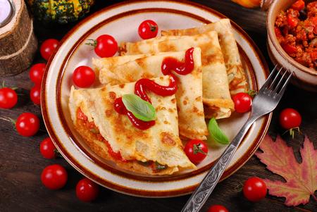 salsa de tomate: crepes rellenos de calabacín calabaza carne picada y