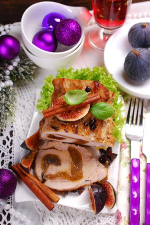 frutas deshidratadas: lomo enrollado de cerdo relleno de higos secos para la cena de Navidad