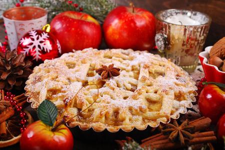 pie de manzana: tarta de manzana tradicional con elaborados con ingredientes y decoración para Navidad en la mesa de madera rústica