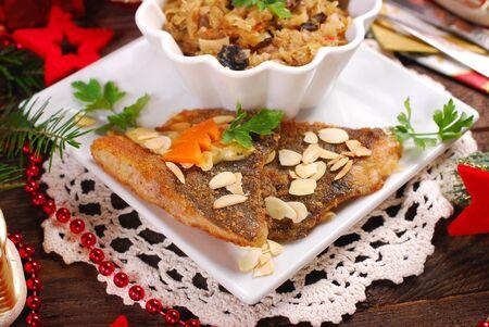 pez carpa: carpa frita con almendras y queso de hierbas salsa y chucrut con setas para la Nochebuena cena