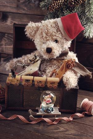 juguetes antiguos: vendimia de oso y otros juguetes de peluche de la navidad para los niños en edad cofre del tesoro