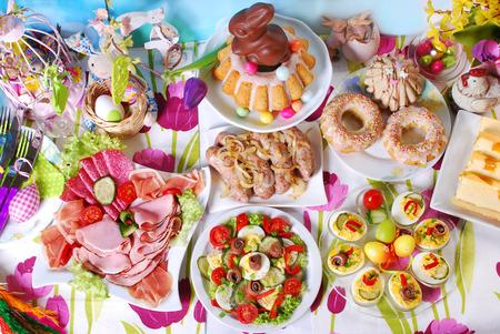 Traditioneel in Polen Pasen ontbijt op feestelijke tafel Stockfoto - 51399561