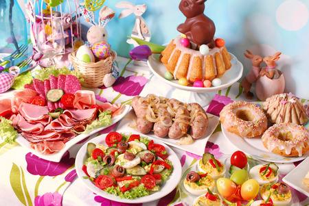 feestelijk: traditioneel in Polen Pasen ontbijt op feestelijke tafel