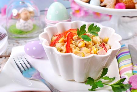 ensalada de verduras: ensalada de jamón y verduras con mayonesa en un tazón de Pascua