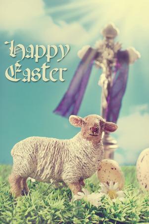 pasen schaap: vintage wenskaart met Jezus Christus aan het kruis en lamsvlees beeldje tegen de blauwe hemel als een symbool van Pasen Stockfoto