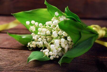 flor de lis: montón de lirio fresco de las flores valle que está en el fondo de madera Foto de archivo
