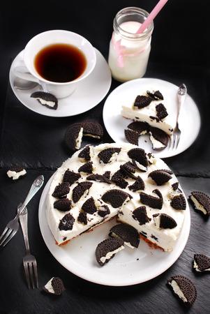 rebanada de pastel: tarta de queso sin hornear con las galletas en blanco y negro Foto de archivo