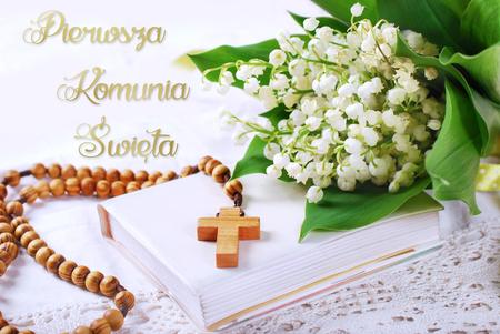 pierwsza komunia święta z drewnianymi różaniec, modlitewnik i bukiet Lilia w wersji językowej polskiej Dolinie