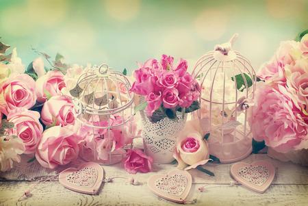 heirat: romantische Vintage Liebe Hintergrund mit Bündel Rosen, alte Käfige und Herzen Lizenzfreie Bilder