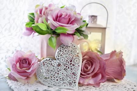 decoração romântica com corações, rosas e lanternas em estilo chique gasto para o casamento ou dia dos namorados