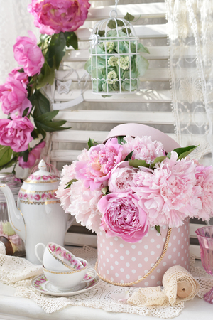 bunch of pink peony flowers in dotted box in shabby chic style interior Banque d'images - 106748374