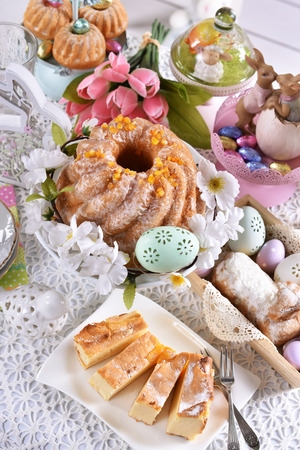 easter table with beautiful decorations, traditional yeast ring cake and other pastries for festive breakfast Stockfoto - 119889647