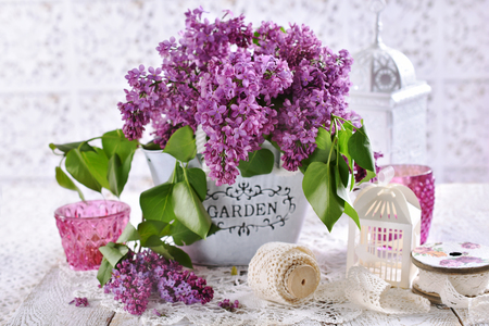 bunch of purple lilac flowers on the table in shabby chic style interior Stockfoto - 123714272