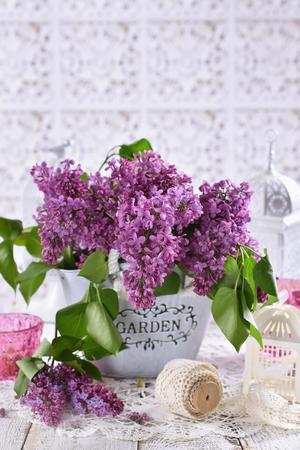 Strauß lila lila Blumen auf dem Tisch im Shabby-Chic-Stil