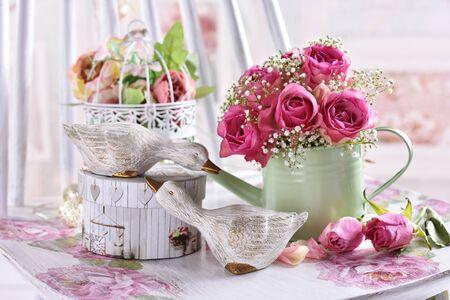 浪漫风格的静物与一束粉红色的玫瑰和装饰在柔和的颜色