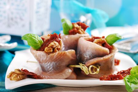 heerlijk voorgerecht van haringbroodjes met gedroogde tomaat en walnoten voor de kerst