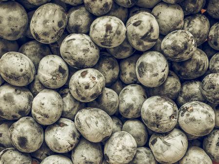ciruela pasa: El vintage se descoloró frutos de ciruela, comida vegetariana útiles como fondo Foto de archivo
