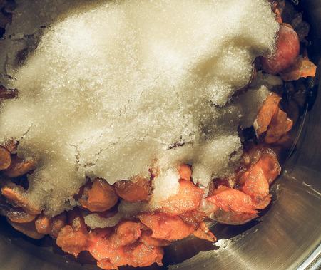 ciruela pasa: El vintage se descoloró ciruela Ciruela mermelada en la fabricación de azúcar Foto de archivo