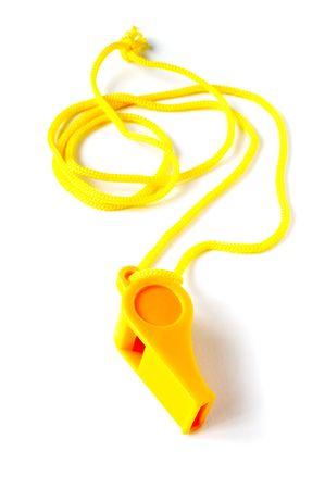 arbitrar: Amarillo f�tbol silbato sobre un fondo blanco