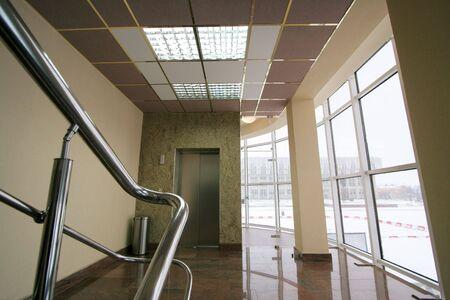 big window: De lift en het grote venster in moderne hotel