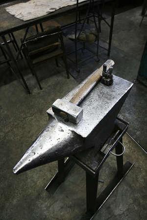 smithy: L'incudine e il martello in un vecchio smithy