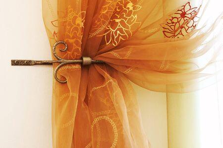 cortinas rojas: Bonito y moderno cortinas con un ornamento  Foto de archivo