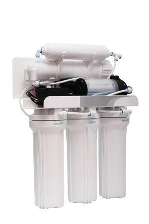 distilled water: El potente filtro de tratamiento de agua sobre un fondo blanco