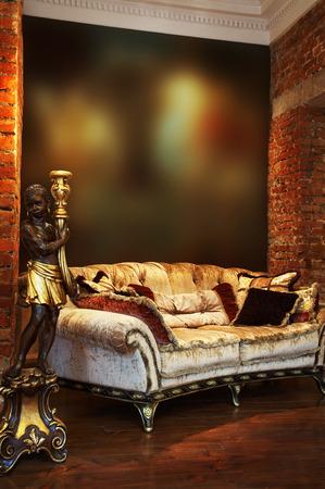 wall sconce: Antiguo candelabro y sof� con almohadas en un apartamento