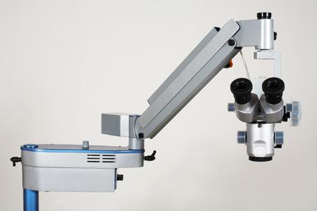 researches: Microscopio di nuovo e moderno per ricerche mediche Archivio Fotografico