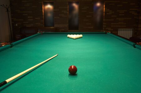billiards halls: Palla rossa su un tavolo da biliardo in un night-club