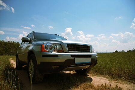 earth road: La moderna auto stradale sulla terra un giorno di sole