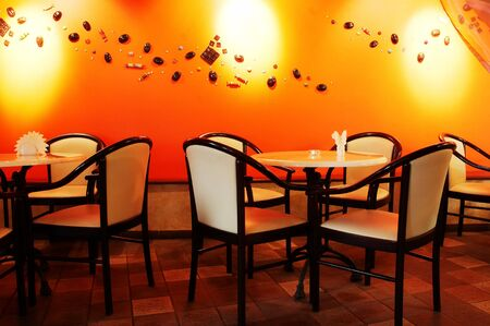 serviettes: Beautiful white chairs in modern night cafe