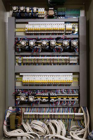 tablero de control: Color de los cables en una caja de distribuci�n de energ�a el�ctrica Foto de archivo