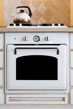 gas cooker: hervidor de agua y cocina de gas en la cocina moderna