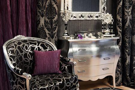 curtain design: sedia, una candela e un orologio in una ricca casa