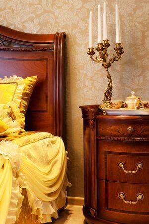 muebles de madera: candelero de la cama en el dormitorio